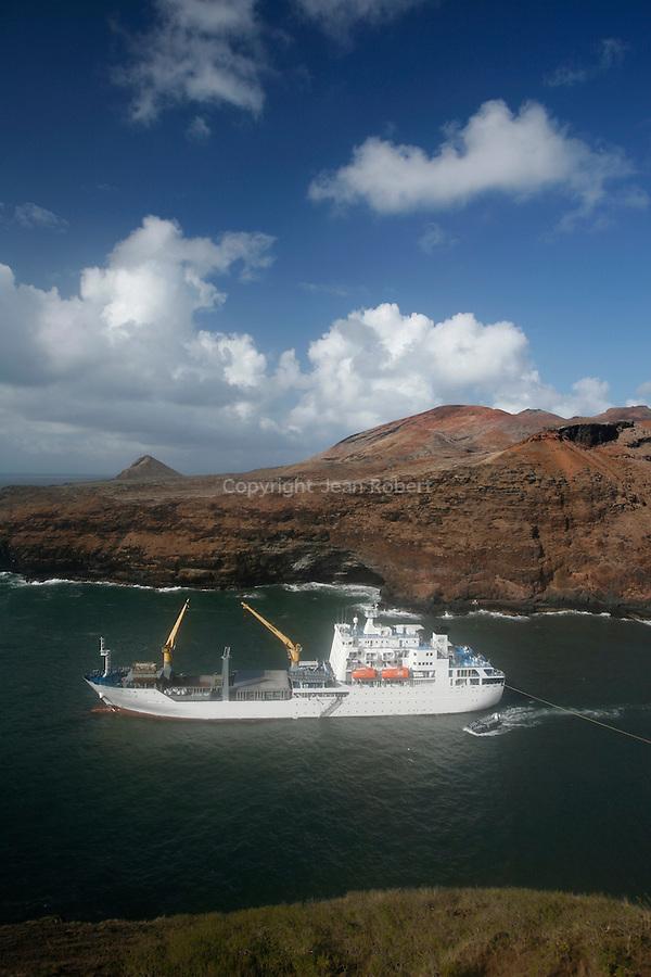 The anchorage in the Bay of Vaipaee on the island of Ua Huka is really difficult. <br /> AranuiLe mouillage dans la baie de Vaipaee sur l'île de Ua Huka est très délicat. Les marins doivent poser des haussieres dans des conditions périlleuses pour amarrer l'Aranui