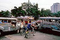 Philippines: Manila--Downtown traffic. Photo '82.