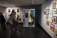 Nach zwei Jahren ohne eigene Ausstellungsraeume eroeffnet die Galerie fuer Photographie C/O Berlin am 30. Oktober 2014 am neuen Standort im Amerika Haus am Bahnhof Zoo in der Hardenbergstraße 22-24 in Berlin-Charlottenburg.<br /> Am Mittwoch den 29. Oktober 2014 gab es ein Opening fuer die Presse.<br /> Im Bild: Besucher koennen sich fuer 5,- Euro, zu zahlen ueber das Internetbankingsystem paypal, ein eigenes Magnum-Foto anfertigen.<br /> 29.10.2014, Berlin<br /> Copyright: Christian-Ditsch.de<br /> [Inhaltsveraendernde Manipulation des Fotos nur nach ausdruecklicher Genehmigung des Fotografen. Vereinbarungen ueber Abtretung von Persoenlichkeitsrechten/Model Release der abgebildeten Person/Personen liegen nicht vor. NO MODEL RELEASE! Don't publish without copyright Christian-Ditsch.de, Veroeffentlichung nur mit Fotografennennung, sowie gegen Honorar, MwSt. und Beleg. Konto: I N G - D i B a, IBAN DE58500105175400192269, BIC INGDDEFFXXX, Kontakt: post@christian-ditsch.de<br /> Urhebervermerk wird gemaess Paragraph 13 UHG verlangt.]