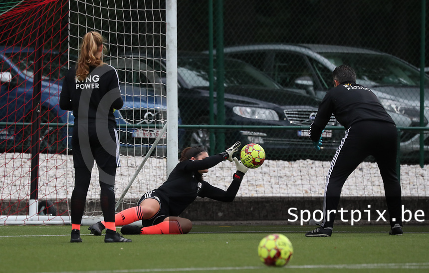 Louise Van Den Bergh goalkeeper of OHL (1) catches the ball during the warm up before a female soccer game between Oud Heverlee Leuven and Femina White Star Woluwe  on the 5 th matchday of the 2020 - 2021 season of Belgian Womens Super League , Sunday 18 th of October 2020  in Heverlee , Belgium . PHOTO SPORTPIX.BE | SPP | SEVIL OKTEM