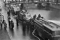 Des pompiers de Montreal, CANADA en demonstration 24 septembre 1963 en Hollande.<br /> <br /> <br /> Demonstration fire brigade on the new Achtergracht with firefighters from Montreal<br /> Date September 24, 1963<br /> Keywords FIREFIGHTER, firefighters, demonstrations<br /> Photographer Gelderen, Hugo van / Anefo
