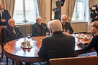 Am Montag dem 27. Januar 2020 trafen sich Bundespraesident Frank-Walter Steinmeier und seine Ehefrau Elke Buedenbender zu einem Gespraech mit drei Holocaust-Ueberlebenden im seinem Amtssitz Schloss Bellevue in Berlin, Die drei Ueberlebenden Pavel Taussig (1.vl.), Peter Gardosch (2.vl.) und Hermann Josef Hoellenreiner (3.vl.) begleiteten den Bundespraesident und seine Gattin mit Angehoerigen anschließend nach Polen zur Gedenkzeremonie zum 75. Jahrestag der Befreiung des Konzentrations- und Vernichtungslagers Auschwitz.<br /> Im Bild: Der Bundespraesident (vorne links) und seine Gattin (vorne rechts) im Gespraech mit den Holocaust-Ueberlebenden.<br /> 27.1.2020, Berlin<br /> Copyright: Christian-Ditsch.de<br /> [NUR FUER REDAKTIONELLE ZWECKE! Werbung nur auf Anfrage beim Fotografen. Inhaltsveraendernde Manipulation des Fotos nur nach ausdruecklicher Genehmigung des Fotografen. Vereinbarungen ueber Abtretung von Persoenlichkeitsrechten/Model Release der abgebildeten Person/Personen liegen nicht vor. NO MODEL RELEASE! Don't publish without copyright Christian-Ditsch.de, Veroeffentlichung nur mit Fotografennennung, sowie gegen Honorar, MwSt. und Beleg. Konto: I N G - D i B a, IBAN DE58500105175400192269, BIC INGDDEFFXXX, Kontakt: post@christian-ditsch.de<br /> Bei der Bearbeitung der Dateiinformationen darf die Urheberkennzeichnung in den EXIF- und  IPTC-Daten nicht entfernt werden, diese sind in digitalen Medien nach §95c UrhG rechtlich geschuetzt. Der Urhebervermerk wird gemaess §13 UrhG verlangt.]