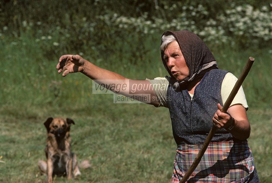 Europe/France/Midi-Pyrénées/09/Ariège/Couserans/Mijanès: Paysanne et son chien<br /> PHOTO D'ARCHIVES // ARCHIVAL IMAGES<br /> FRANCE 1980