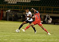 TUNJA - COLOMBIA, 28-03-2021: Oscar Vanegas de Patriotas Boyaca F. C. y Jhonier Blanco de Aguilas Doradas Rionegro disputan el balon durante partido de la fecha 15 entre Patriotas Boyaca F. C. y Aguilas Doradas Rionegro por la Liga BetPlay DIMAYOR I 2021 jugado en el estadio La Independencia de la ciudad de Tunja. / Oscar Vanegas Patriotas Boyaca F. C. and Jhonier Blanco of Aguilas Doradas Rionegro fight for the ball during a match of the 15th date between Patriotas Boyaca F. C. and Aguilas Doradas Rionegro for the BetPlay DIMAYOR I 2021 League played at the La Independencia stadium in Tunja city. / Photo: VizzorImage / Macgiver Baron / Cont.