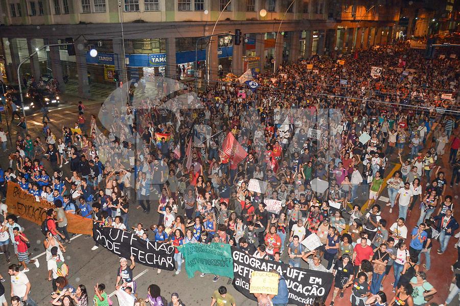Niterói (RJ), 08/05/2019 - Protesto / Rio de Janeiro / Protesto - Manifestação contra o corte de verbas da educação na Universidade Federal Fluminense (UFF), em Niterói região metropolitana do Rio de Janeiro, nesta quarta-feira, 08. (Foto: Clever Felix/Brazil Photo Press)