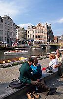 Belgien, Flandern, am Leieufer an der Graslei in Gent sitzen Touristen und Einheimische zusammen