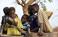 BURKINA FASO, Bokin, children panning gold for small scale miner / BURKINA FASO, Bokin, SORE SAIDOU, aus dem Dorf MANESSA, der Gold-Patron, für den insgesamt 13 Kinder als Goldsucher arbeiten