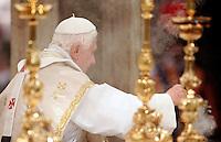 Papa Benedetto XVI celebra la messa del Corpus Domini nella Basilica di San Giovanni in Laterano, Roma, 23 giugno 2011..Pope Benedict XVI celebrates the Corpus Domini mass at St. John Lateran's Basilica, Rome, 23 june 2011..UPDATE IMAGES PRESS/Riccardo De Luca