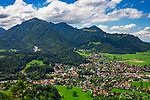 Deutschland, Bayern, Chiemgau, Marquartstein: Blick vom Windeck uebers Achental mit Gipfel Hochplatte (links) | Germany, Bavaria, Chiemgau, Marquartstein in Achen Valley with summit Hochplatte (left)