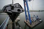 Foto: VidiPhoto..LITH - In opdracht van Rijkswaterstaat heeft aannemer Hollandia BV uit Krimpen a/d IJssel woensdag een nieuwe stuwklep geplaatst in de sluis bij Lith. Nog niet eerder is in Nederland een replica van een stuwklep geplaatst. De stuw is namelijk een Rijksmonument. De oude klep raakte begin 2007 beschadigd door een breuk in de hijskettingen. De nieuwe klep is 38 meter lang en weegt 55 ton. De stuw bij Lith regelt het water in de Maas.