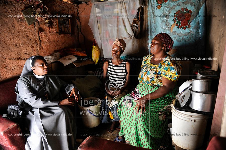ZAMBIA, copperbelt, town Ndola, woman Anna Mulonga 47 years with HIV aids and skin infection visited by catholic nun / SAMBIA Ndola im Copperbelt, township Nkwazig, katholische Kirche betreibt ein Counselling Center fuer Aidswaisen und -kranke, Schwester Pascalena besucht Anna Mulonga, sie ist an Aids HIV erkrankt und hatte eine Infektion, die Auge und Gesicht zerstoert haben