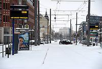Schneemassen fielen in der Nacht vom Heiligabend zum 1. Weihnachtstag auf Leipzig nieder - Verwehungen machten einige Straßen unpassierbar - der Straßenbahnverkehr musste komplett eingestellt werden - auf dem Augustusplatz steckten am 1. Weihnachtsfeiertag mittags auf dem Weg ins Depot auf dem Augustusplatz fest - die Schienenkreuzungen waren vereist - im Bild: XXXXX . Foto: Norman Rembarz ..Credits:.Norman Rembarz , Autorennummer 41043728 , Augustenstr. 2, 04317 Leipzig, Tel.: 01794887569, Hypovereinsbank: BLZ: 86020086, KN: 357889472, St.Nr.: 231/261/06432 - Jegliche kommerzielle Nutzung ist honorar- und mehrwertsteuerpflichtig! Persönlichkeitsrechte sind zu wahren. Es wird keine Haftung übernommen bei Verletzung von Rechten Dritter. Autoren-Nennung gem. §13 UrhGes. wird verlangt. Weitergabe an Dritte nur nach  vorheriger Absprache..Online Nutzung ist seperat kostenpflichtig !!!!