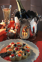 Cuisine/Gastronomie Generale: Repas de Noel: pommes de terre Bonnotte farcies d'oeufs de saumon, d'oeufs d'ablette et de caviar pressé et Champagne