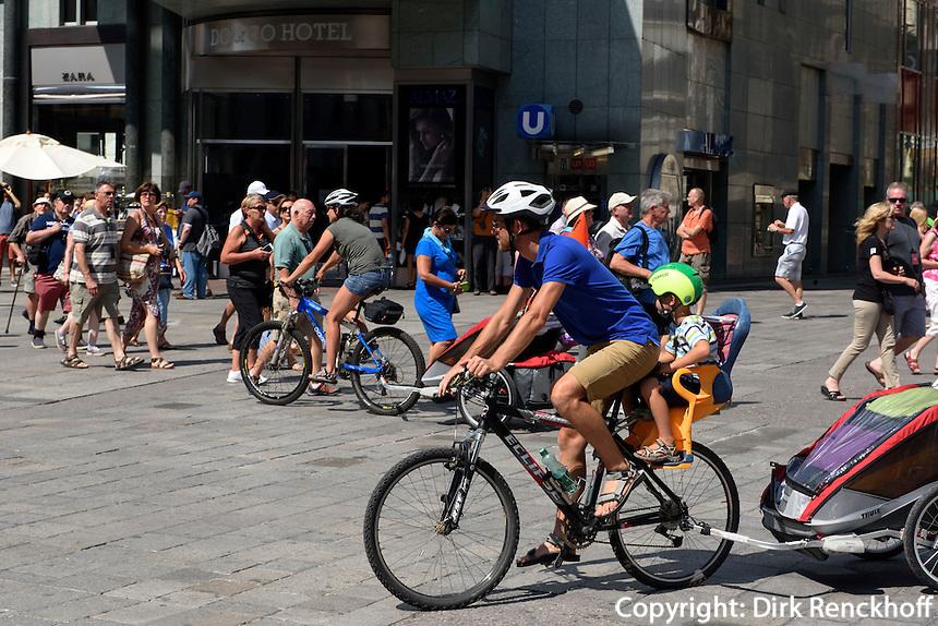 Vater mit Kind auf Fahrrad am Stephansplatz, Wien, Österreich<br /> Father and child on bicycle at Stephansplatz, Vienna, Austria