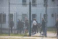 Zentrale Auslaenderbehoerde und BAMF-Aussenstelle in Eisenhuettenstadt.<br /> Bundesinnenminister Thomas de Maiziere und brandeburgs Ministerpraesident Dietmar Woidke besuchten am Donnerstag den 13. August 2015 die Zentrale Auslaenderbehoerde und BAMF-Aussenstelle in Eisenhuettenstadt. Sie liessen sich von Mitarbeitern die Situation in der Einrichtung zeigen und erklaeren, sprachen mit Fluechtlingen und besichtigten das auf dem Gelaende befindliche Abschiebegefaengnis.<br /> Der Besuch des Bundesinnenministers und des Ministerpraesidenten wurde von etwa 40 Journalisten begleitet.<br /> Im Bild: Ministerpraesident Woidke, Bundesinnenminister de Maiziere und der Journalistentross besuchen das Abschiebegefaengnis auf dem Gelaende.<br /> 13.8.2015, Eisenhuettenstadt/Brandenburg<br /> Copyright: Christian-Ditsch.de<br /> [Inhaltsveraendernde Manipulation des Fotos nur nach ausdruecklicher Genehmigung des Fotografen. Vereinbarungen ueber Abtretung von Persoenlichkeitsrechten/Model Release der abgebildeten Person/Personen liegen nicht vor. NO MODEL RELEASE! Nur fuer Redaktionelle Zwecke. Don't publish without copyright Christian-Ditsch.de, Veroeffentlichung nur mit Fotografennennung, sowie gegen Honorar, MwSt. und Beleg. Konto: I N G - D i B a, IBAN DE58500105175400192269, BIC INGDDEFFXXX, Kontakt: post@christian-ditsch.de<br /> Bei der Bearbeitung der Dateiinformationen darf die Urheberkennzeichnung in den EXIF- und  IPTC-Daten nicht entfernt werden, diese sind in digitalen Medien nach §95c UrhG rechtlich geschuetzt. Der Urhebervermerk wird gemaess §13 UrhG verlangt.]