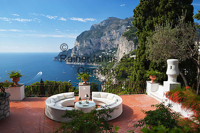 Italy, Campania, Capri: View to Monte Solaro from secluded terrace | Italien, Kampanien, Provinz Neapel, Capri: Blick von menschenleerer Terrasse zum Monte Solaro