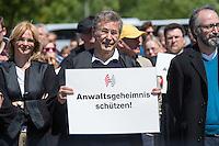"""Unter dem Motto: """"Frau Merkel: Aussitzen ist Beihilfe!"""" protestierten am Samstag den 30.Mai 2015 Rechtsanwaeltinnen und Rechtsanwaelte vor dem Bundeskanzleramt gegen die geplante Vorratsdatenspeicherung.<br /> Die Kundgebung fand anlaesslich des 2. Jahrestages der Enthuellungen von Edward Snowden ueber die weltweiten verfassungswidrigen Massenueberwachung durch Geheimdienste statt. Aufgerufen zu der Kundgebung hatte die parteiunabhaengige Hamburger Initiative """"Rechtsanwaelte gegen Totalueberwachung"""".<br /> 30.5.2015, Berlin<br /> Copyright: Christian-Ditsch.de<br /> [Inhaltsveraendernde Manipulation des Fotos nur nach ausdruecklicher Genehmigung des Fotografen. Vereinbarungen ueber Abtretung von Persoenlichkeitsrechten/Model Release der abgebildeten Person/Personen liegen nicht vor. NO MODEL RELEASE! Nur fuer Redaktionelle Zwecke. Don't publish without copyright Christian-Ditsch.de, Veroeffentlichung nur mit Fotografennennung, sowie gegen Honorar, MwSt. und Beleg. Konto: I N G - D i B a, IBAN DE58500105175400192269, BIC INGDDEFFXXX, Kontakt: post@christian-ditsch.de<br /> Bei der Bearbeitung der Dateiinformationen darf die Urheberkennzeichnung in den EXIF- und  IPTC-Daten nicht entfernt werden, diese sind in digitalen Medien nach §95c UrhG rechtlich geschuetzt. Der Urhebervermerk wird gemaess §13 UrhG verlangt.]"""