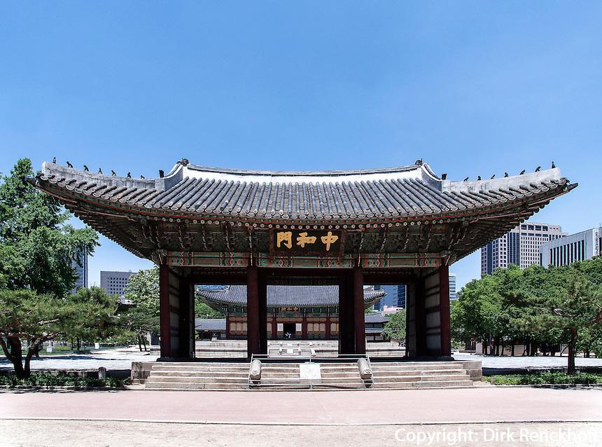 Tor zur Halle der mittleren Harmonie Junghwajeon im Palast Deoksugung in Seoul, Südkorea, Asien<br /> Gate to hall of middle harmony in palace Deoksugung, Seoul, South Korea, Asia