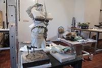 """Die Skulpturensammlung und das Museum fuer Byzantinische Kunst der Staatlichen Museen zu Berlin restaurieren derzeit 59 Kunstwerke, von denen viele im Zweiten Weltkrieg in den Flakbunker Friedrichshain ausgelagert wurden und dort schwere Schaeden durch zwei verheerende Braende erlitten haben. Unter den Skulpturen und Reliefs der Renaissance-Zeit finden sich u.a. Meisterwerke wie Donatellos """"Madonna mit vier Cherubim"""" (um 1440) und Tullio Lombardos Schildtraeger (Ende 15. Jh.).<br /> Dank der grosszuegigen Foerderung der Ernst von Siemens Kunststiftung konnte 2017 ein umfassendes Restaurierungs- und Forschungsprojekt fuer die Bestaende des Bode-Museums gestartet werden, die von den Spuren der Braende und ihrer dramatischen Geschichte in und nach dem Krieg gezeichnet sind. Im Rahmen der Initiative KUNST AUF LAGER werden adaequate Restaurierungs- und Ergaenzungsmassnahmen erarbeitet und durchgefuehrt – mit dem Ziel, viele dieser Hauptwerke nach mehr als 70 Jahren wieder der Oeffentlichkeit praesentieren zu koennen.<br /> Im Bild: Teile der Skulptur """"Dovizia"""" oder """"Pomona"""" aus dem 16. Jh. Eine polychrom glasierte Keramik.<br /> 10.4.2018, Berlin<br /> Copyright: Christian-Ditsch.de<br /> [Inhaltsveraendernde Manipulation des Fotos nur nach ausdruecklicher Genehmigung des Fotografen. Vereinbarungen ueber Abtretung von Persoenlichkeitsrechten/Model Release der abgebildeten Person/Personen liegen nicht vor. NO MODEL RELEASE! Nur fuer Redaktionelle Zwecke. Don't publish without copyright Christian-Ditsch.de, Veroeffentlichung nur mit Fotografennennung, sowie gegen Honorar, MwSt. und Beleg. Konto: I N G - D i B a, IBAN DE58500105175400192269, BIC INGDDEFFXXX, Kontakt: post@christian-ditsch.de<br /> Bei der Bearbeitung der Dateiinformationen darf die Urheberkennzeichnung in den EXIF- und  IPTC-Daten nicht entfernt werden, diese sind in digitalen Medien nach §95c UrhG rechtlich geschuetzt. Der Urhebervermerk wird gemaess §13 UrhG verlangt.]"""