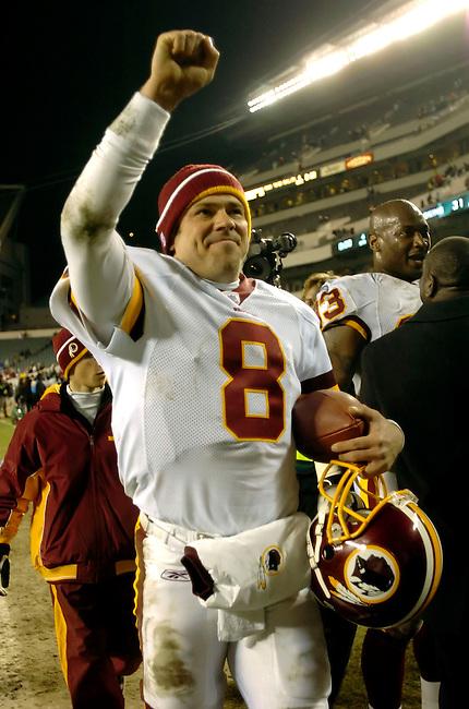 Washington Redskins quarterback Mark Brunell acknowledges Redskin fans following the  31-20 win over the Philadelphia Eagles in Philadelphia, January 1, 2006. REUTERS/Bradley C Bower