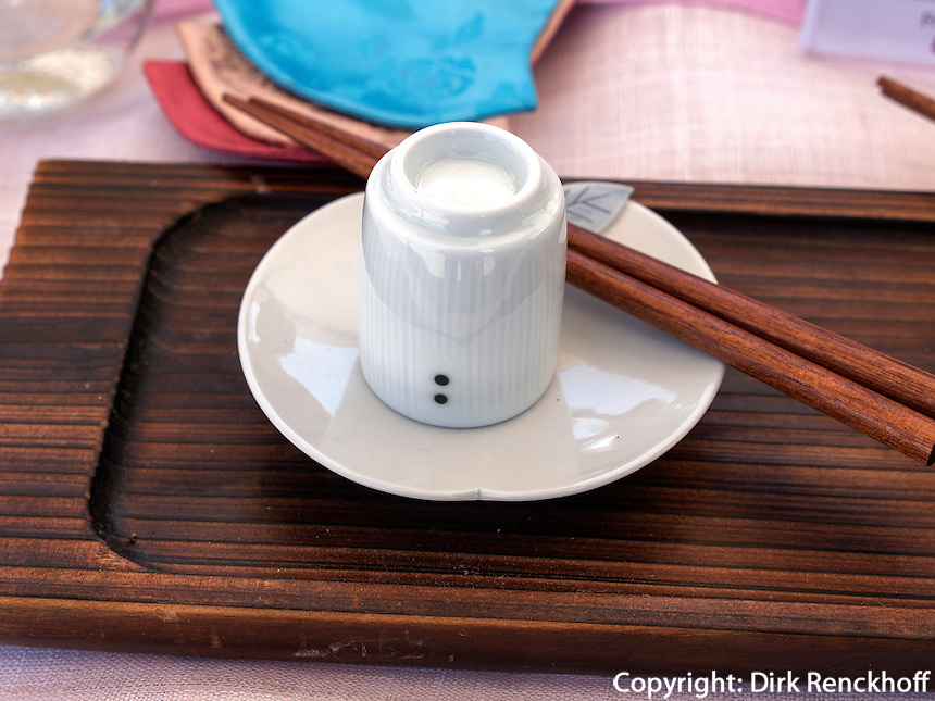 Trinkbecher und Essstäbchen, Seoul, Südkorea, Asien<br /> Cup and chopsticks, Seoul, South Korea, Asia