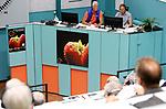 Foto: VidiPhoto<br /> <br /> ZALTBOMMEL – De 'mijnzaal' en veilinghal van de Veiling Zaltbommel. Driemaal per week worden in Zaltbommel groenten en fruit geveild via de klok. De veiling bestaat 103 jaar en staat op het punt om te gaan vernieuwen. De huidige electronische klok wordt dan vervangen door een digitale, zodat kopers vanuit huis kunnen meebieden.