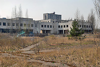 - 20 years from the nuclear incident of Chernobyl, the Prypiat abandoned town, where lived about 50.000 people, technicians and staff of the nuclear power station with their families, that was evacuated too late some days after the catastrophe....- 20 anni dall'incidente nucleare di Chernobyl, la città abbandonata di Prypiat, dove abitavano 50.000 persone, tecnici e personale della centrale nucleare con le loro famiglie, che furono tardivamente evacuati alcuni giorni dopo la catastrofe