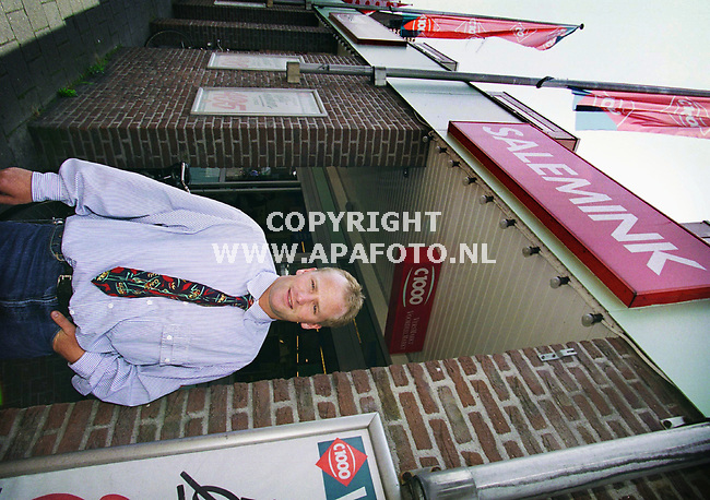 Dinxperlo , 050700  Foto: Koos Groenewold / APA Foto<br /> Dhr Salemink voor de C 1000