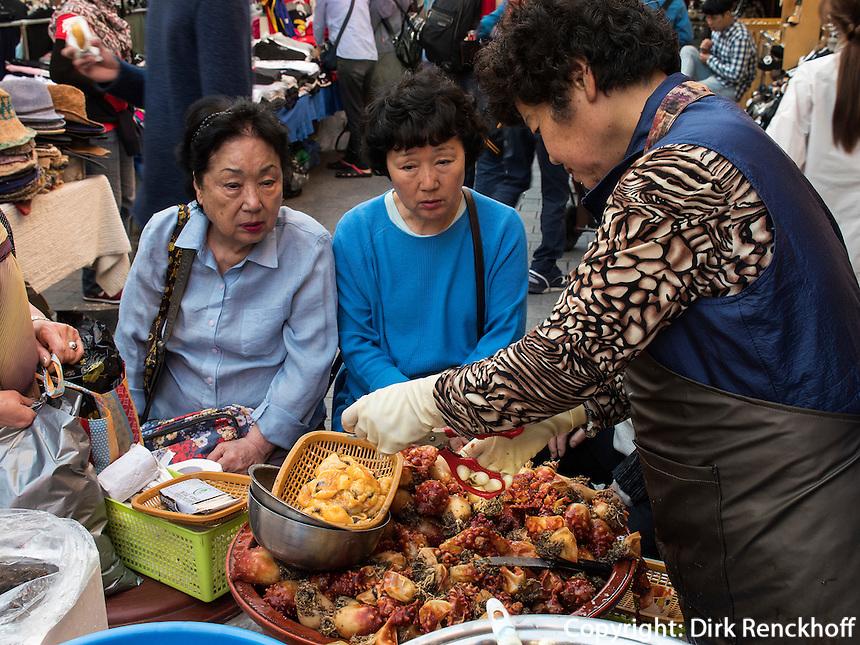 Seeanemone-Meeresfrüchte auf dem Namdaemun Markt, Seoul, Südkorea, Asien<br /> sea anemone seafood  at Namdaemun market, Seoul, South Korea, Asia