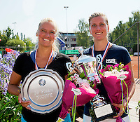 Netherlands, Amstelveen, August 23, 2015, Tennis,  National Veteran Championships, NVK, TV de Kegel,  awards ceremony lady's 35+ :  Winner Linda Sentis (R) and runner up Jasmin Jane Gerritsen<br /> Photo: Tennisimages/Henk Koster