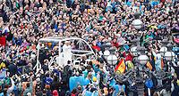 Papa Francesco saluta i fedeli dopo aver celebrato la messa di Pasqua in Piazza San Pietro, Citta' del Vaticano, 5 aprile 2015.<br /> Pope Francis greets faithful after celebrating the Easter Sunday mass in St. Peter's Square, Vatican, 5 April 2015.<br /> UPDATE IMAGES PRESS/Isabella Bonotto<br /> <br /> STRICTLY ONLY FOR EDITORIAL USE