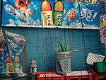 Flora, Pflanze, Zaun, Reklame, trist, Hongkong, China, 2003, Hong Kong Flora<br />  ***Keine Social_Media Nutzung***<br /> <br /> Engl.: Asia, China, Hong Kong, urban flora, plant, fence, advertising<br /> ***No social media use***
