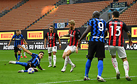 Calcio, Serie A: Inter Milano - AC Milan , Giuseppe Meazza (San Siro) stadium, in Milan, October 17, 2020.<br /> Inter's Lautaro Martinez (l) in action during the Italian Serie A football match between Inter and Milan at Giuseppe Meazza (San Siro) stadium, October 17,  2020.<br /> UPDATE IMAGES PRESS/Isabella Bonotto