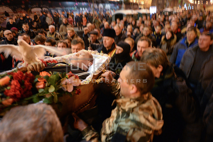 The crowd mourns one of the victim of Maidan square.