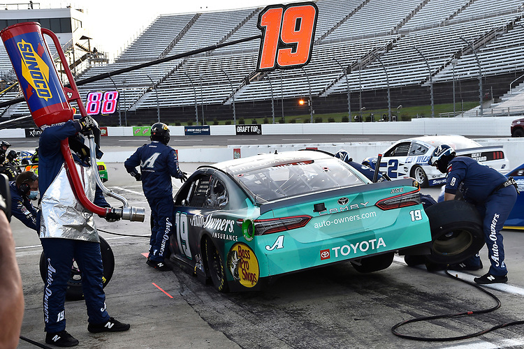 #19: Martin Truex Jr., Joe Gibbs Racing, Toyota Camry Auto-Owners Insurance pit stop