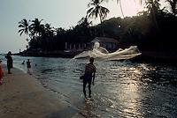 Indien, Strand von Baga (Goa), Fischer mit Wurfnetz