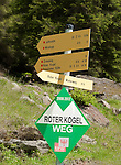 Austria, Tyrol, Innsbruck County, hiking trail sign post at rear Luesens Valley | Oesterreich, Tirol, Innsbrucker Land, im hinteren Luesenstal, Wegweiser fuer Wanderwege
