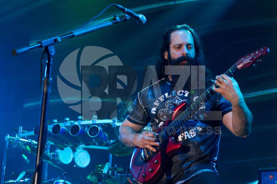 """SÃO PAULO - 04/10/2014 - DREAM THEATER - ESPAÇO DAS AMÉRICAS - O Dream Theater, oriunda dos Estados Unidos trouxe ao País seu metal progressivo para divulgar seu mais recente CD """"Along for the Ride"""".<br /> A turnê que começou em janeiro deste ano e já passou pela Europa, América do Norte e Japão.<br /> O conjunto iniciou as atividades em meados dos anos 80 e a formação atual da banda é: James LaBrie (voz), John Petrucci (guitarra), Jordan Rudess (teclado), John Myung (baixo) e Mike Mangini (bateria).<br /> Foto: Flavio Hopp/Brazil Photo Press"""