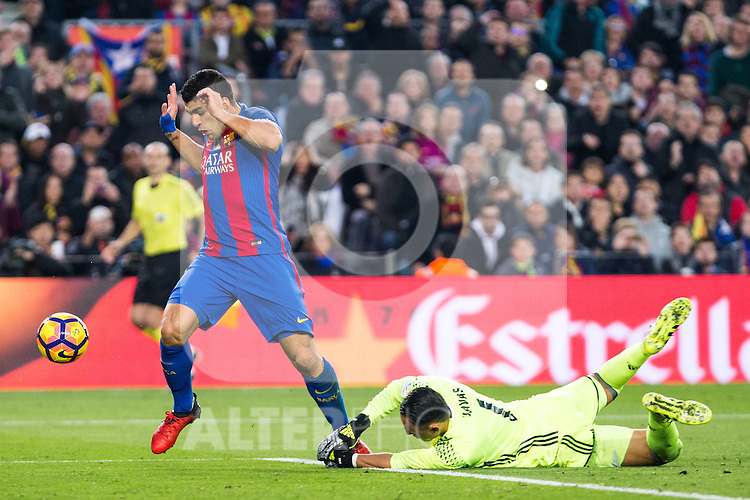 FC Barcelona's Luis Suarez, Real Madrid's Keylor Navas during spanish La Liga match between Futbol Club Barcelona and Real Madrid  at Camp Nou Stadium in Barcelona , Spain. Decembe r03, 2016. (ALTERPHOTOS/Rodrigo Jimenez)