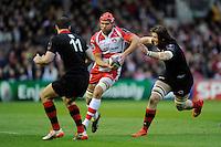Tom Palmer of Gloucester Rugby looks to go between Ben Toolis and Tim Visser of Edinburgh Rugby