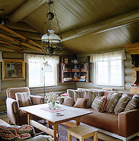 Constructed entirely of wood, this log cabin has a warm and cosy atmosphere and the pale colours of the interior were chosen to reflect the stones and grasses outside