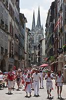 Europe/France/Aquitaine/64/Pyrénées-Atlantiques/Pays-Basque/Bayonne: La rue Port Neuf et les flèches de la  Cathédrale Sainte-Marie   lors des Fêtes de Bayonne