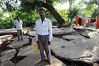 INDIA, Jharkand, Chaibasa, Ho tribe, fight for land rights, tribal villages and lands are threatened by mining and industrial projects, illegal land grabbing, displacement and resettlement are threatened, tribal villagers on grave slab of their ancestor under large tamrind tree, in case of resettlement the loose their connection with the ancestors and the land / INDIEN, Jharkhand , Chaibasa , Dorf Surjabasa , Ho Ureinwohner, Doerfer und Land der indischen Ureinwohner sind durch Bergbau und Industrieprojekte bedroht und es droht illegale Landnahme, Vertreibung und Umsiedlung, Dorfbewohner auf den Grabplatten ihrer Urahnen unter einem Tamarinden Baum, bei Umsiedlung droht der Verlust des kulturellem Erbes und die Verbindung zu den Ahnen und zum Land der Vorfahren, Jairam Deogam 48 Jahre