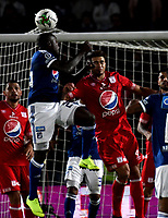 BOGOTÁ - COLOMBIA, 18-01-2019: Eliser Quiñones (Izq.) jugador de Millonarios disputa el balón con Carlos Sierra (Der.) jugador de América de Cali, durante partido Millonarios y América de Cali, por el Torneo Fox Sports 2019, jugado en el estadio Nemesio Camacho El Campin de la ciudad de Bogotá. / Eliser Quiñones (L) player of Millonarios vies for the ball with Carlos Sierra (R) player of America de Cali, during a match between Millonarios and America de Cali, for the Fox Sports Tournament 2019, played at the Nemesio Camacho El Campin stadium in the city of Bogota. Photo: VizzorImage / Luis Ramírez / Staff.