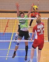 Volley Team Menen - Hotvolleys Wenen : Thomas Trothann (5) met de poging tegen het Menense blok van Aljosa Urnaut (links)<br /> foto VDB / Bart Vandenbroucke