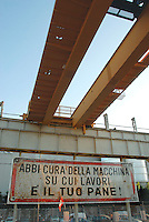 Sesto San Giovanni (Milano) - La struttura del carroponte della Breda, uno dei simboli della cultura operaia e della tradizione industriale di Sesto San Giovanni. <br /> Foto Livio Senigalliesi