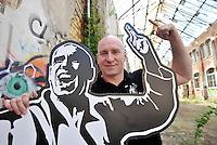 Eine Pressekonferenz der besonderen Art boten die Judokas vom Judoclub Leipzig JCL - in einer alten Fabrikhalle an der Zschocherschen / Markranstädter Straße trainierten sie sehr spartanisch mit Gewichten im Zirkeltraining und kämpften auf der Tatami im morbiden Ambiente - im Bild: Trainer Henry Hubert. Foto: aif / Norman Rembarz<br /> <br /> Jegliche kommerzielle wie redaktionelle Nutzung ist honorar- und mehrwertsteuerpflichtig! Persönlichkeitsrechte sind zu wahren. Es wird keine Haftung übernommen bei Verletzung von Rechten Dritter. Autoren-Nennung gem. §13 UrhGes. wird verlangt. Weitergabe an Dritte nur nach  vorheriger Absprache. Online-Nutzung ist separat kostenpflichtig.