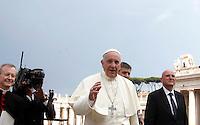 Papa Francesco incontra gli appartenenti al Rinnovamento nello Spirito Santo in Piazza San Pietro, Citta' del Vaticano, 3 luglio 2015.<br /> Pope Francis meets members of the Catholic Charismatic Renewal in St. Peter's Square at the Vatican, 3 July 2015.<br /> UPDATE IMAGES PRESS/Isabella Bonotto<br /> <br /> STRICTLY ONLY FOR EDITORIAL USE