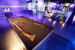 Foto: VidiPhoto<br /> <br /> SOESTERBERG - In de korte tijd dat het Nationaal Militair .Mmuseum op de voormalige vliegbasis Soesterberg bestaat, heeft het zijn sporen al verdiend. Het is niet alleen al twee jaar op rij het leukste uitje van de provincie Utrecht, maar wordt door het publiek ook nog eens beoordeeld met een 4,9 op een schaal van 5. Uitzonderlijk hoog. Gasten komen ogen, oren en voeten tekort, want het gebouw alleen al is 110x250 meter, met 13 meter hoge glazen buitenwanden. Foto: Wapens om aan te raken.
