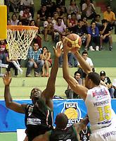 BUCARAMANGA - COLOMBIA - 29-04-2013: Hernandez Villamil (Der.) de Bucaros de Bucaramanga, disputa el balón con Cesar Ordoñez (Izq.) de Manizales Once Caldas, abril 29 de 2013. Bucaros de Bucaramanga y Manizales Once Caldas en partido de la septima fecha de la fase II de la Liga Directv Profesional de baloncesto en partido jugado en el Coliseo Vicente Romero Diaz. (Foto: VizzorImage / Jaime Moreno / Str). Hernandez Villamil (R) of Bucaros from Bucaramanga, fights for the ball with Cesar Ordoñez (L) of Manizales Once Caldas, April 29, 2013. Bucaros from Bucaramanga and Manizales Once Caldas in the seventh match of the phase II of the Directv Professional League basketball, game at the Coliseum Vicente Romero Diaz. (Photo: VizzorImage / Jaime Moreno / Str)..